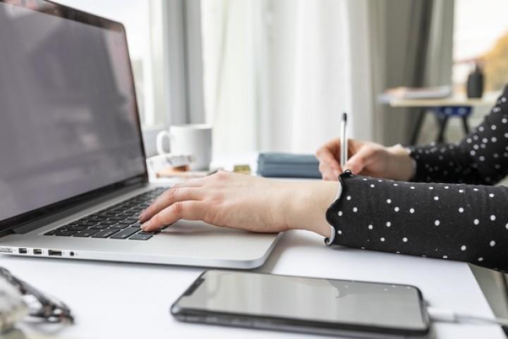vista-lateral-mujer-negocios-trabajando-ordenador-portatil_23-2148488614